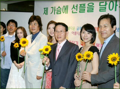 Founding ceremony for the Sunfull Movement, May 23, 2007. From left to right, Kim Je-dong, Dominique Noel, Yu Dong-keun, Sun Yao, Dr. Min Byoung-chul, Hsu Yi Ling, and Ahn Seong-kee